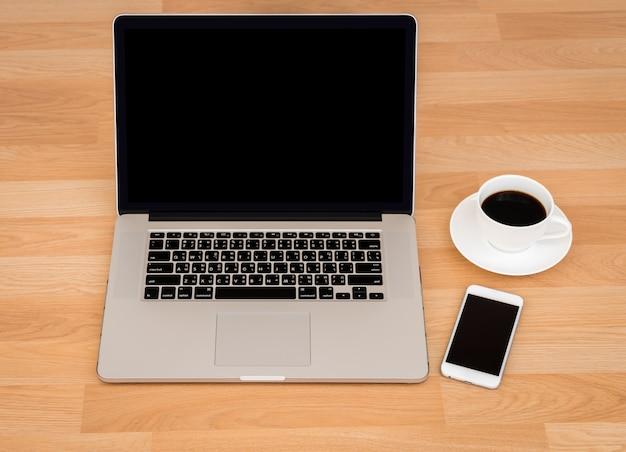 Filiżanka kawy z laptopem i smartphone