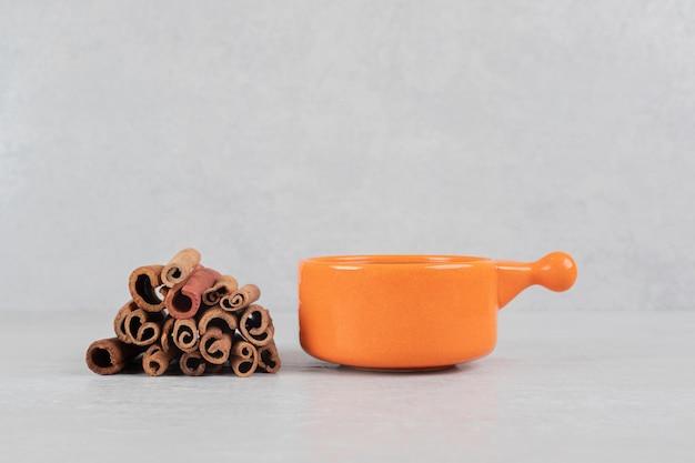 Filiżanka kawy z laską cynamonu na powierzchni marmuru
