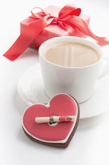 Filiżanka kawy z listem miłosnym i prezenta pudełkiem na bielu. karta walentynkowa. koncepcja miłości.
