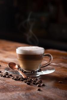Filiżanka kawy z mlekiem. gorące latte lub cappuccino przygotowane z mlekiem