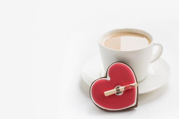 Filiżanka kawy z nutą miłości. karta walentynkowa. koncepcja miłości.
