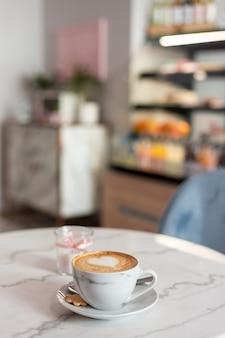 Filiżanka kawy z piękną latte art. gorąca kawa w kawiarni, pora poranna. koncepcja żywności