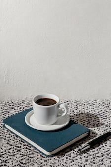 Filiżanka kawy z porządkiem obrad