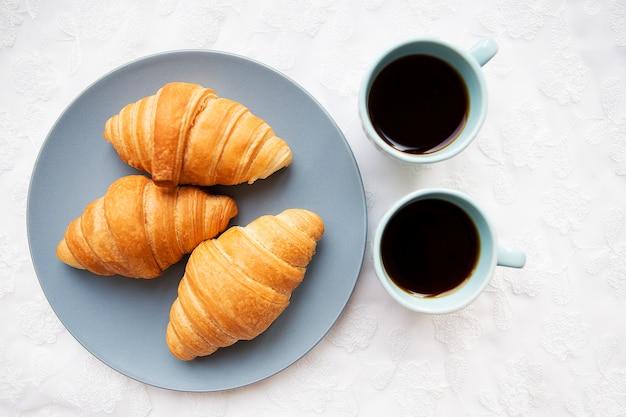 Filiżanka kawy z rogalikiem