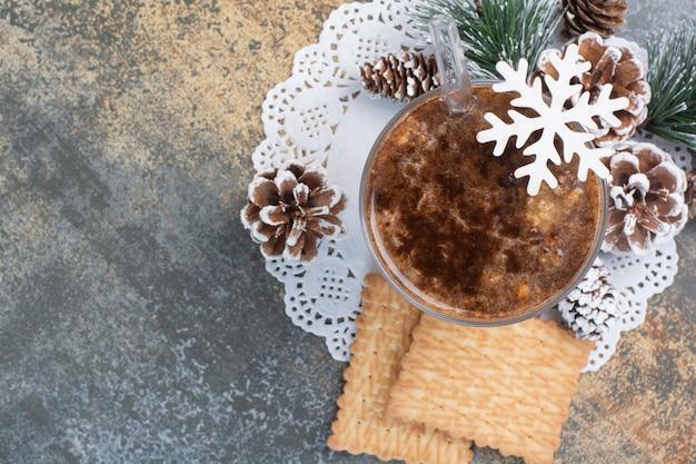 Filiżanka kawy z smacznymi krakersami na tle marmuru. wysokiej jakości zdjęcie