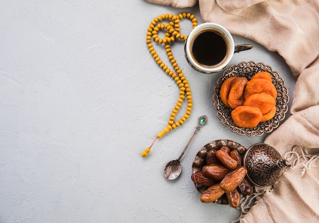 Filiżanka kawy z suszonymi daktylami owoców i moreli