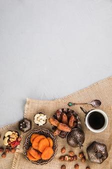 Filiżanka kawy z suszonymi owocami i orzechami