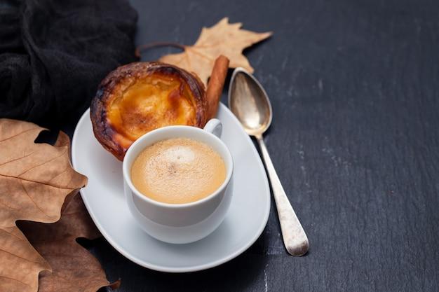 Filiżanka kawy z typową portugalską tartą jajeczną