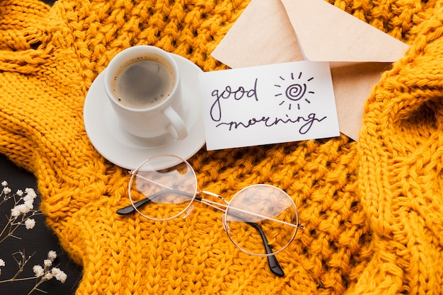 Filiżanka kawy z wiadomością dzień dobry