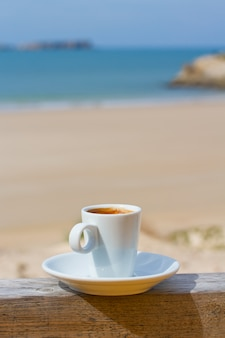 Filiżanka kawy z widokiem na plaży