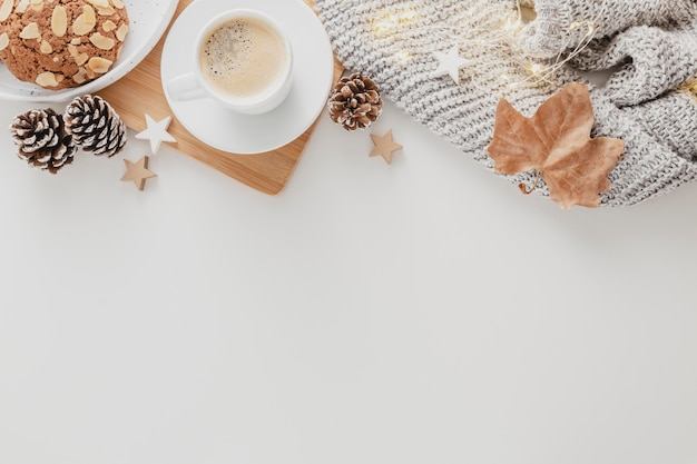 Filiżanka kawy z widokiem z góry i ciasteczka z miejsca na kopię