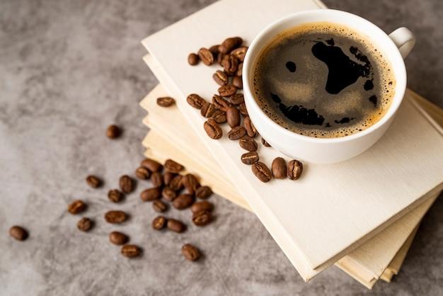Filiżanka kawy z wysokim widokiem na książki