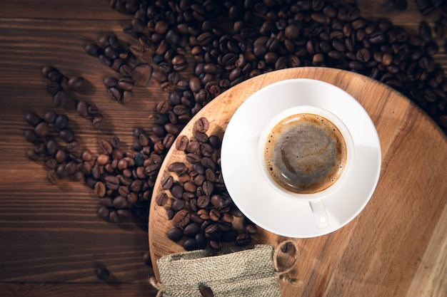 Filiżanka Kawy Z Ziaren Kawy Na Podłoże Drewniane Premium Zdjęcia