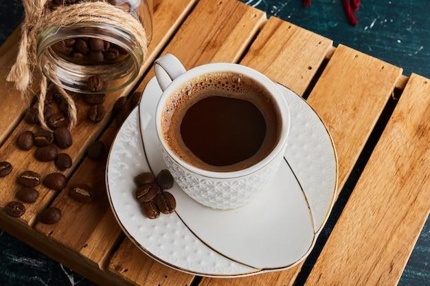 Filiżanka kawy z ziarnami.