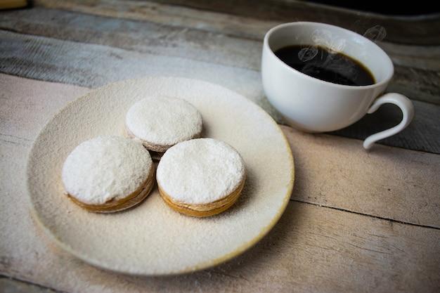 Filiżanka kawy ze słodkimi przekąskami
