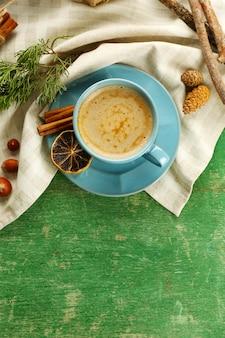 Filiżanka kawy ze słodkimi przyprawami na serwetce, widok z góry