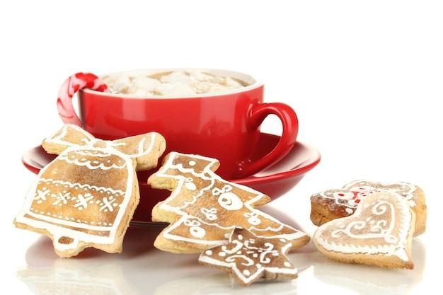 Filiżanka kawy ze świąteczną słodyczą na białym tle