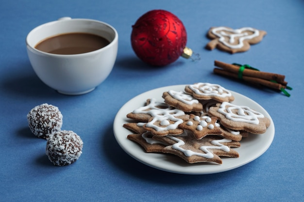 Filiżanka kawy ze świątecznymi słodyczami