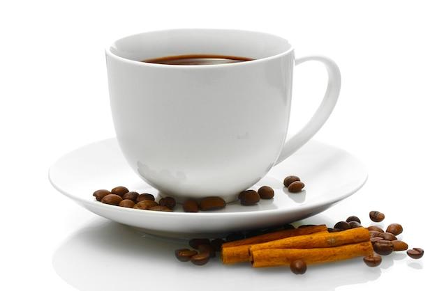 Filiżanka kawy, ziaren i cynamonu na białym tle