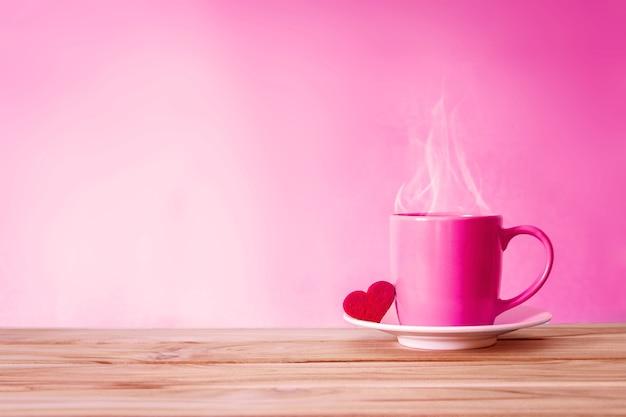 Filiżanka kubek z czerwonym sercem kształt na drewnianym stole