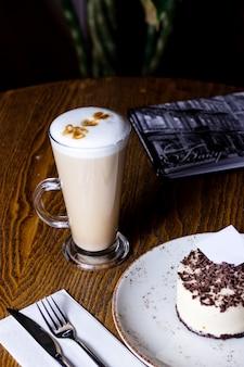 Filiżanka latte z sernikiem posypanym czekoladą