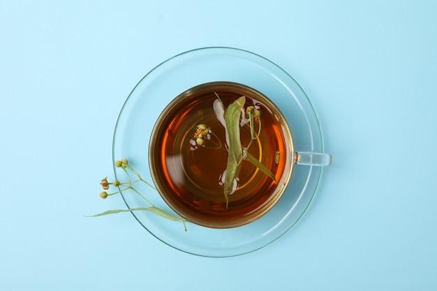 Filiżanka lipowa herbata na błękicie, odgórny widok