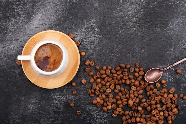 Filiżanka mleka i spienionej kawy i ziaren kawy widok z góry