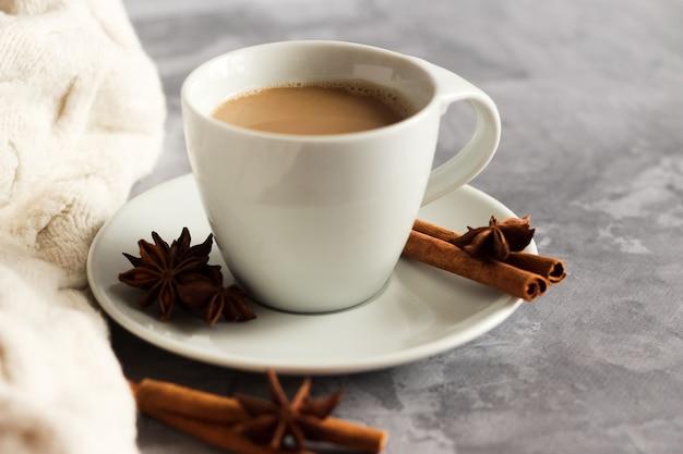 Filiżanka napoju kawowego z laskami cynamonu i anyżem