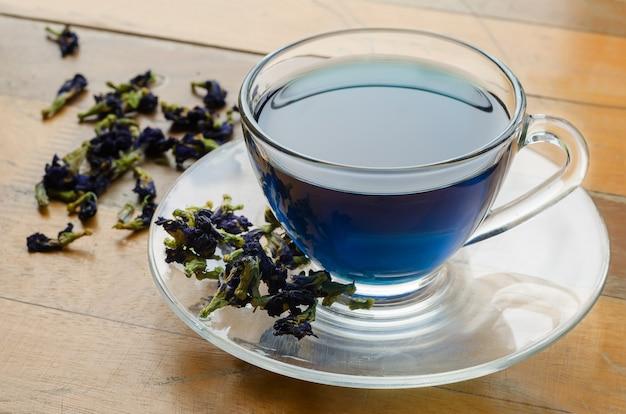 Filiżanka niebieskiej herbaty.