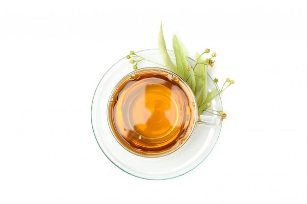 Filiżanka odizolowywająca na bielu lipowa herbata