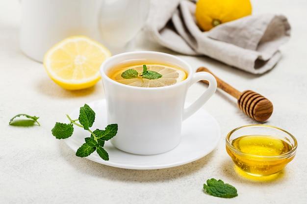 Filiżanka pod wysokim kątem z herbatą cytrynową