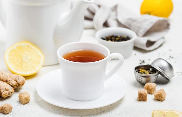 Filiżanka pod wysokim kątem z herbatą