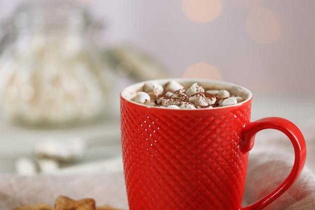 Filiżanka pysznego kakao i pianki na rozmytym tle