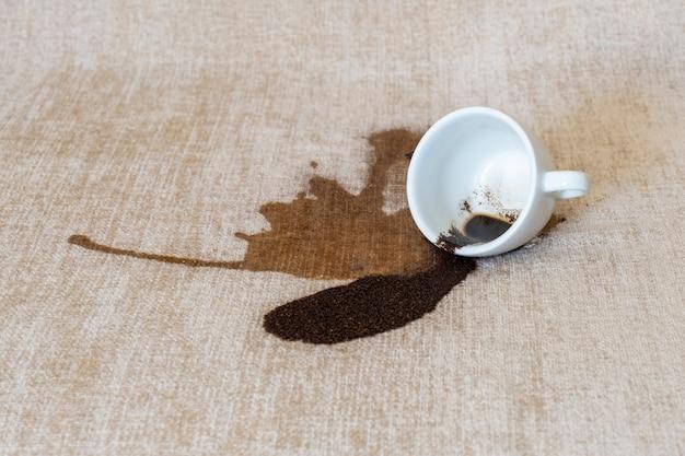 Filiżanka rozlana kawa brudna plama wylewa białą plamę czyszczenie na sucho