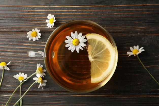Filiżanka rumianek herbata na drewnie, odgórny widok