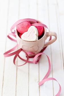 Filiżanka słodkich pianek w kształcie serca na walentynki