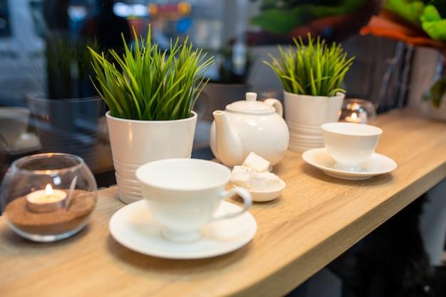 Filiżanka świeża gotowana kawa w kawiarni z boże narodzenie dekoracją.
