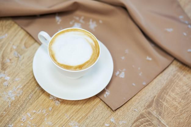 Filiżanka świeża gotowana kawa w kawiarni z boże narodzenie dekoracją