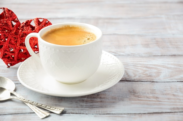 Filiżanka świeża ranek kawa na drewnianym stole