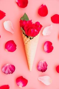 Filiżanka wafla z winnym kwiatem między płatkami