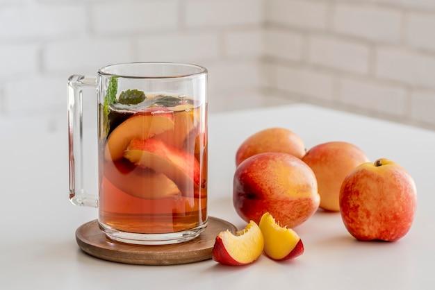 Filiżanka z brzoskwiniową herbatą mrożoną