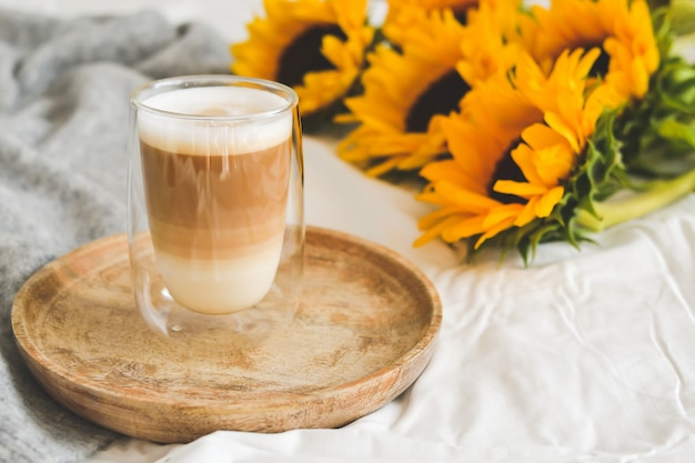 Filiżanka z cappuccino, słoneczniki, sypialnia, koncepcja rano, jesień