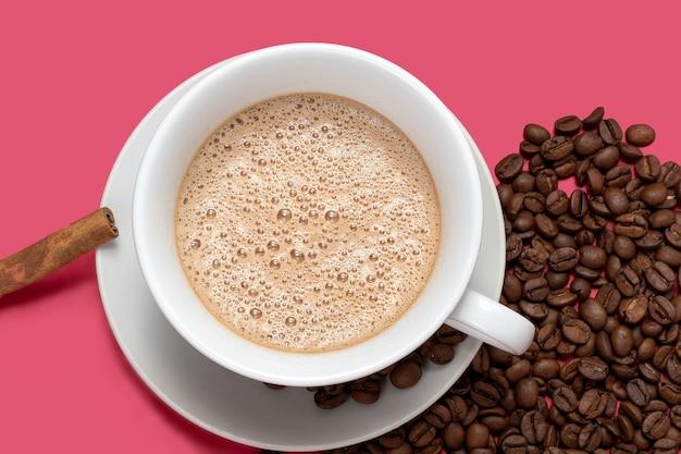 Filiżanka z espresso latte i na białym tle na różowym tle