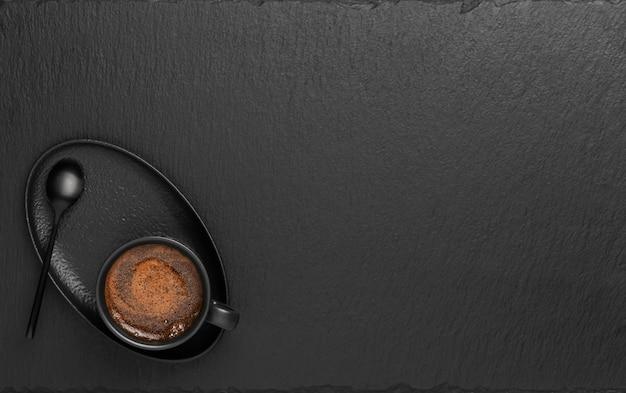Filiżanka z espresso na czarnej kamiennej powierzchni
