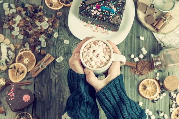 Filiżanka z gorącą czekoladą w żeńskich rękach