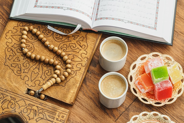 Filiżanka z orientalnymi cukierkami na drewnianym stołu zakończeniu up