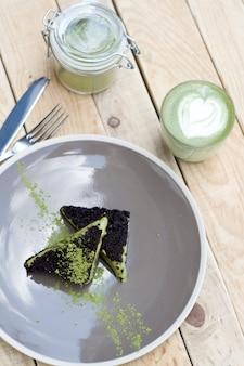 Filiżanka zielonej herbaty matcha i ciasto z zielonymi lodami matcha