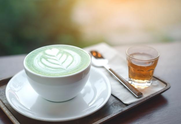 Filiżanka zielonej herbaty matcha latte