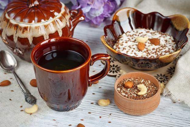 Filiżanka zielonej herbaty, twarożek plus płatki owsiane, siemię lniane, orzechy i miód