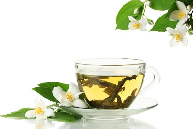 Filiżanka zielonej herbaty z kwiatami jaśminu na białym tle